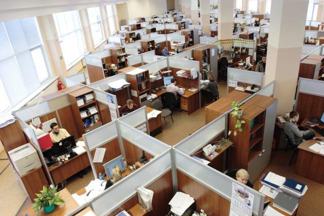 employés en open space