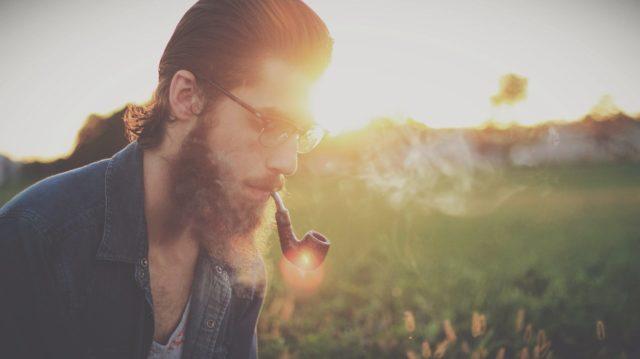 homme avec une pipe
